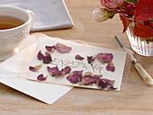 Einladungs-Karte mit getrockneten Rosen-Blütenblättern 5/5