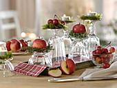 Ungewöhnliche Tischdeko mit Äpfeln und Zieräpfeln