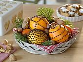 Kleiner Korb mit Pomander und Mandarinen (Citrus), Nüssen