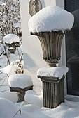 Verschneite Amphore auf Säule