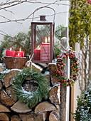 Rustikale Weihnachtsterrasse mit Brennholzstapel