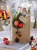 Geschenktüte mit Schokoladen-Weihnachtsmännern