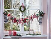Adventskalender am Fenster : Handschuhe, Säckchen und Tüten mit Nummern