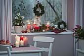 Weihnachtlich dekorierte Fensterbank mit Helleborus niger