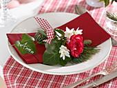 Winterliche Tischdeko mit rot-weißen Duftsträußen