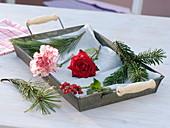 Zutatenstil : Dianthus 'Arthur' (Nelke), Rosa (Rose), Ilex (Stechpalme)