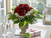 Strauß aus dunkelroten Rosa (Rosen), Gypsophila (Schleierkraut)