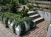 Treppe und Hangabstützung aus Beton - Fertigteilen