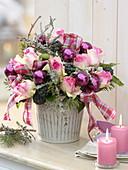 Weihnachtlicher Strauß : Rosa (Rosen), Hedera (Efeu) mit Früchten, Pinus