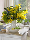 Duftender, gelber Strauß aus Acacia (Mimose), blühendem Rosmarin