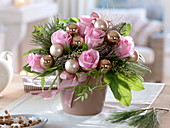 Weihnachtsstrauß aus Rosa (Rosen), Pinus (Kiefer), Eukalyptus