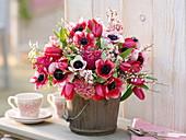 Duftstrauß mit Anemone coronaria 'Cristine' (Kronenanemone), Tulipa