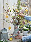Ostereier mit zerstoßenen Blüten bekleben