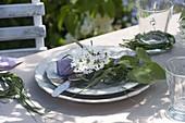 Flieder - Tischdeko im Garten vor Fliederbüschen