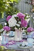 Rosa-weiße Pfingstrosen - Tischdeko auf der Terrasse