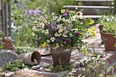 Wiesenstrauß mit Matricaria chamomilla (Kamille), Trifolium pratense
