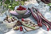 Frisch geernteten Rhabarber (Rheum rhabarbarum) mit Erdbeeren
