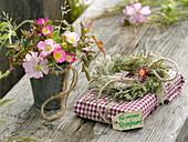 Kleiner Strauß aus Rosa (Wildrosen), Kranz aus Gräsern mit Anhänger
