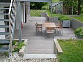 Moderne Senk-Terrasse mit Holzboden