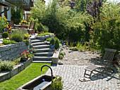 Hanggarten mit Mauer aus Granit terrassiert