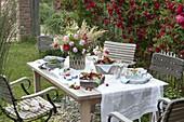 Kirschenfest : Süßkirschen (Prunus avium) in Körben, Serviette mit Rosenblüte