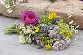 Kräuterbuschen für Maria Himmelfahrt: Rosa gallica(Apothekerrose), Hypericum