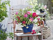 Gemischter Strauß mit Rosen und Wiesenblumen
