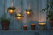 Terrassenbeleuchtung : Gläser mit Gras-Kränzchen als Windlichter