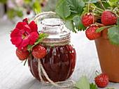 Glas mit Erdbeer - Marmelade, zum verschenken dekoriert