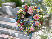 Bunter Sommerkranz aus Rosa (Rosen), Himbeeren (Rubus), Borretsch