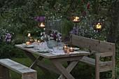Rustikale Sitzgruppe im abendlichen Garten