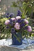 Blau - rosa Strauß mit Echinopsis (Kugel-Distel), Aconitum (Eisenhut)