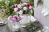 Omas Kaffeekanne und Milchkännchen als Vasen für Dianthus