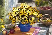 Gelber Spätsommerstrauß mit Helianthus (Sonnenblumen), Helenium