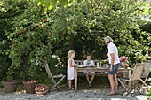 Familie unterm Apfelbaum