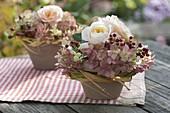 Kleine Gestecke in Tontöpfen : Rosa (Rosen und Hagebutten), Hydrangea