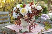 Herbstlicher Strauß mit Rosa (Rosen und Hagebutten), Lathyrus odoratus