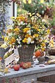 Bäuerlicher Herbststrauß in Korb-Vase
