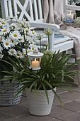 weiße Abend-Terrasse mit Lichtern