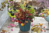 Strauß aus Rosa (Hagebutten), Himbeere (Rubus), Malus (Zieräpfeln)