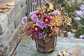 Herbstlicher Strauß mit Blättern : Chrysanthemum