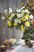 Weiß-gelber Herbststrauß mit Anemone japonica (Herbstanemone)