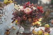 Spätherbststrauß mit Rosa (Rosen, Hagebutten), Quercus (Eiche), Larix