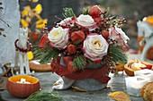 Herbststrauß mit Rosa (Rosen und Hagebutten), Physalis (Lampions)