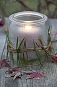 Gefrorenes Einmachglas als Windlicht mit Nadeln von Pinus (Seidenkiefer)
