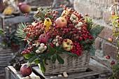 Korb-Kasten gesteckt mit Früchten und Beeren als Vogelfutter-Kasten