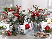 Rot-silberne Weihnachtsgestecke : Ilex verticillata (Rote Winterbeere)