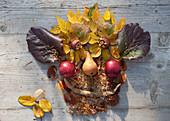 Legebilder aus Blättern und Früchten
