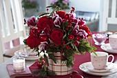 Weihnachtsstrauß mit Rosa 'Orange Sky' (Rosen) , Cyclamen