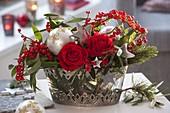 Rot-silbernes Gesteck mit Rosa 'Orange Sky' (Rosen), Euphorbia fulgens 'Red